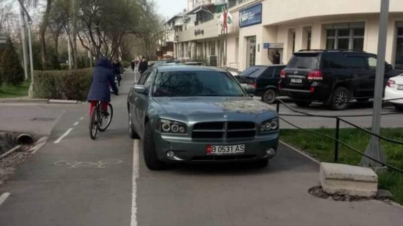 Горожанин припарковал свой Dodge на тротуаре на Айтматова. Фото