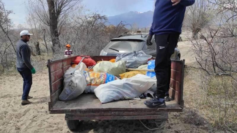 Молодежь очистила дикий пляж на берегу Иссык-Куля от мусора. Фото, видео