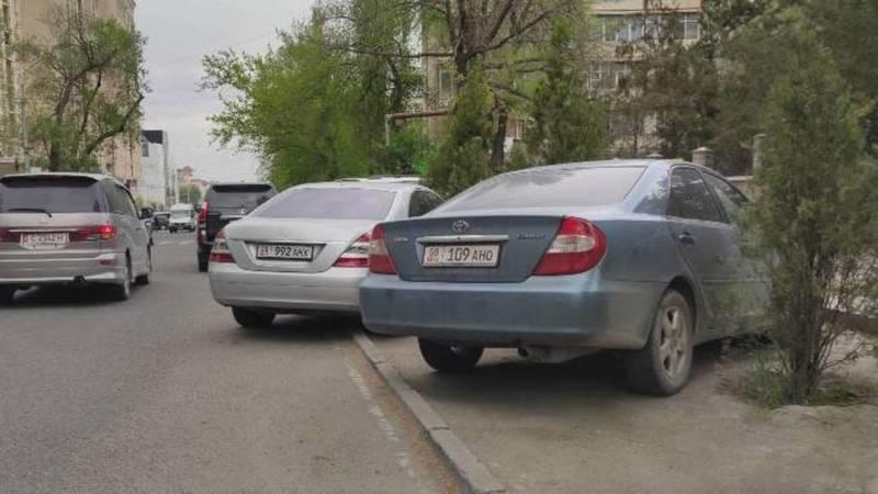 На Гоголя машины припаркованы на газоне. Фото