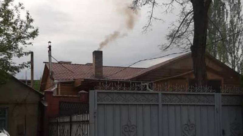 Из трубы дома на ул.Уметалиева идет черный дым. Видео и фото горожанина