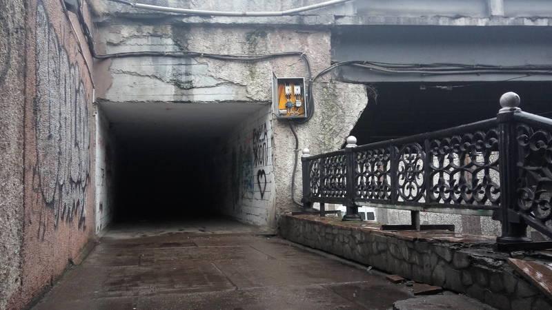 В подземке на Манаса открытый электрощиток. Фото горожанина