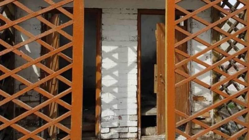Горожанин жалуется на состояние туалета в Аламединском районном суде. Фото