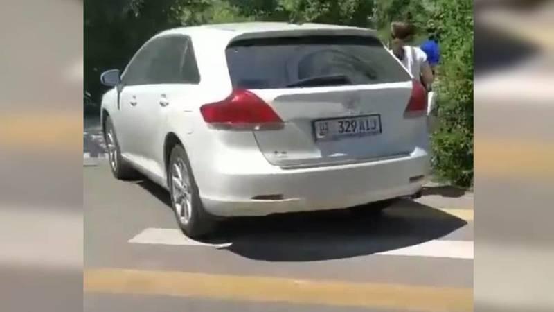 В 7 мкр водитель авто припарковался на пешеходном переходе