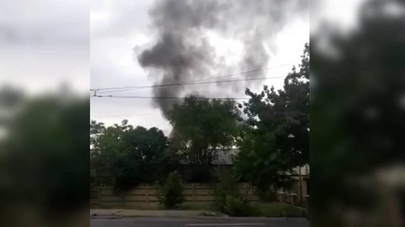 На улице Анкара в Бишкеке сгорели железная будка и строительный мусор