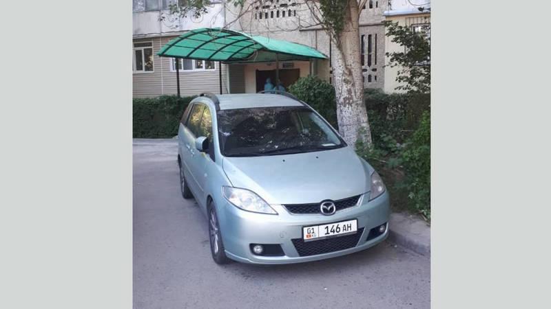 «Мазду» припарковали на аллее. Фото
