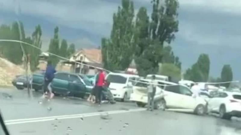 На Иссык-Куле произошло ДТП с участием 3 машин. Видео