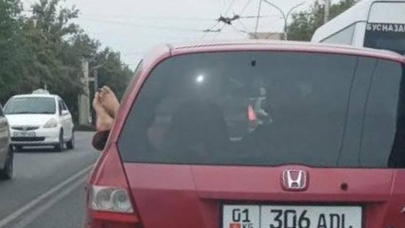 «Высунули ноги в окно». Неэтичные пассажиры автомобилей. Фото