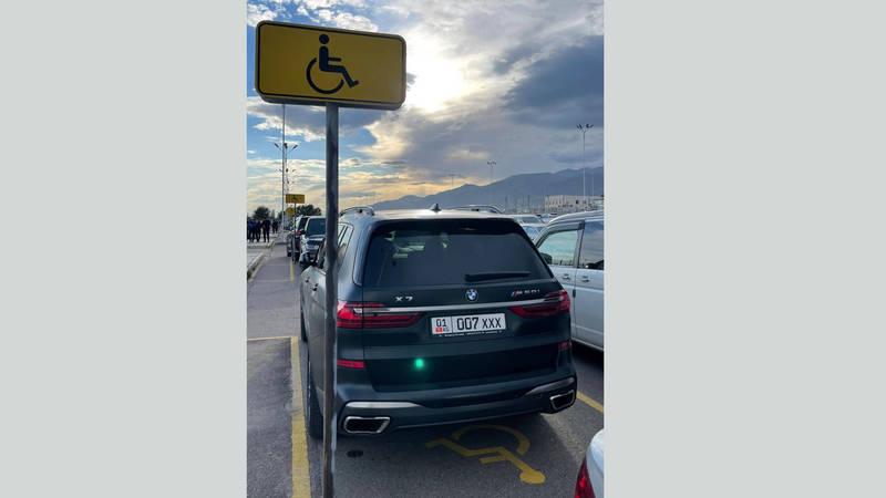«БМВ» припарковали на парковочном месте для инвалидов, - очевидец
