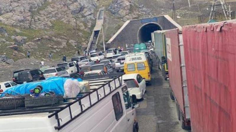 Тоннель на трассе Бишкек — Ош закрыли. Образовалась километровая пробка. Фото
