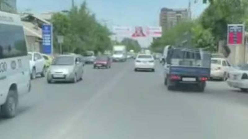 Как водители Оша уступают дорогу машине скорой помощи. Видео