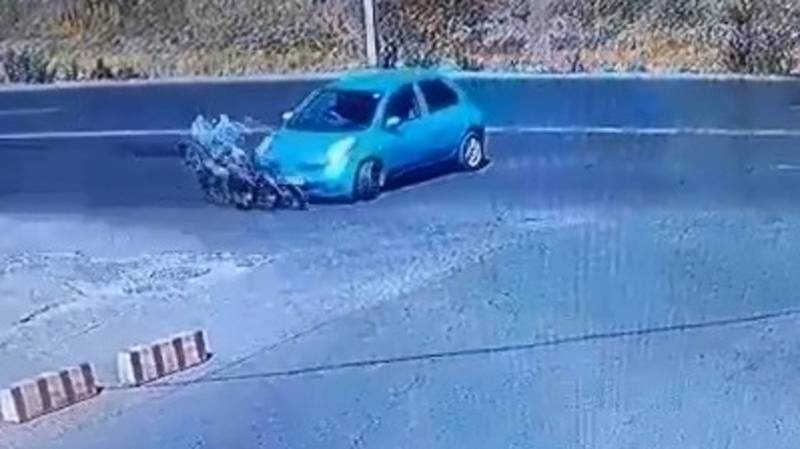 На Льва Толстого мотоциклист врезался в «Камри». Момент аварии попал на видео