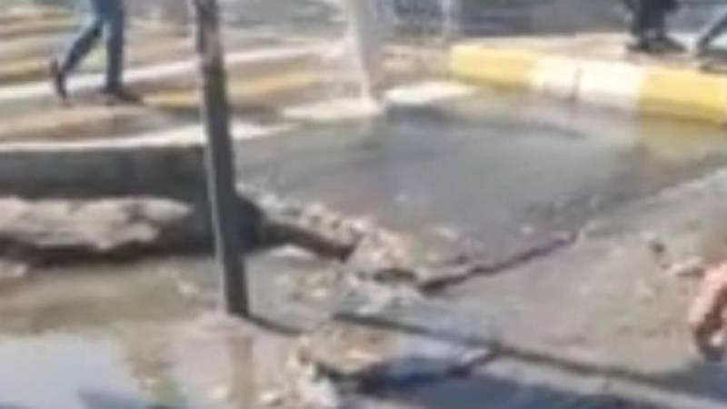 На Моссовете затопило тротуар. Видео