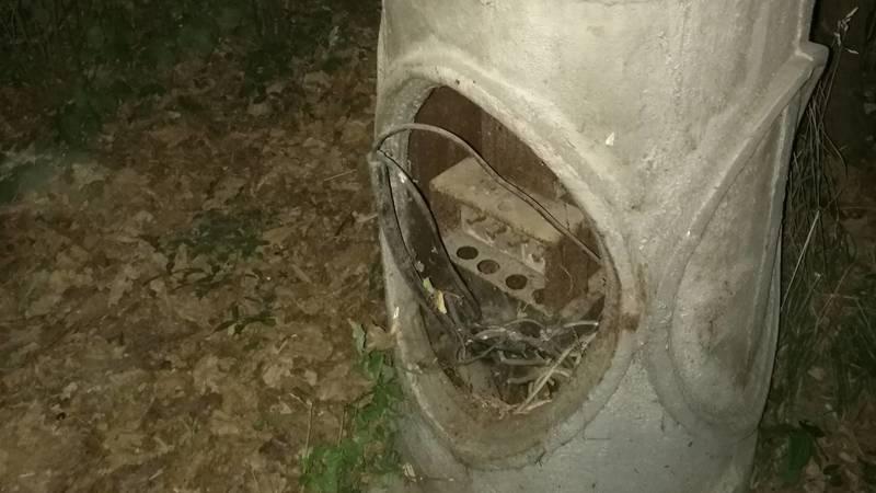 В сквере Тоголок Молдо из столба торчат провода, - горожанка (фото)