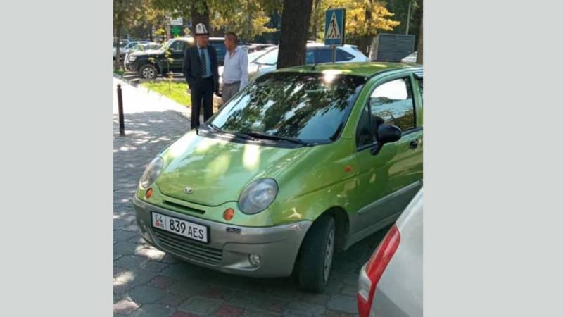 На ул.Турусбекова две машины припарковались на тротуаре. Фото