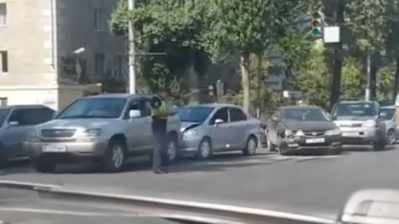 На Манаса-Московской столкнулись 4 машины. Видео с места аварии