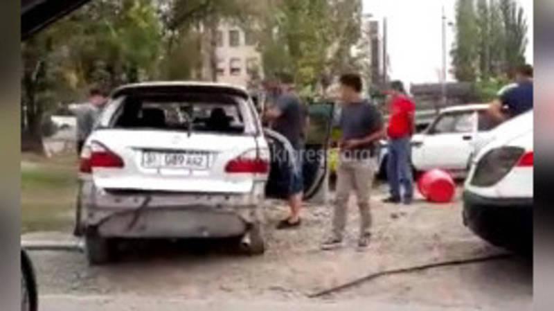 На Южной магистрали столкнулись 2 машины. Одна из них наехала на бочку с квасом (видео)