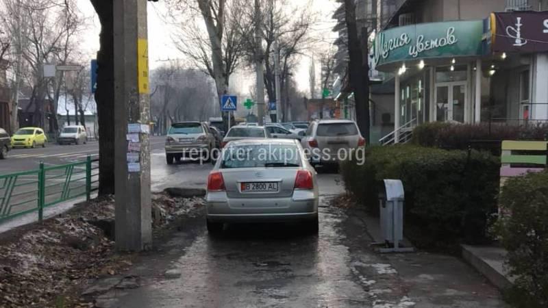 Парковка по-хамски. Машину оставили на тротуаре (фото)
