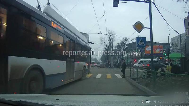 Троллейбус проехал на красный свет. Водитель оштрафован на 1000 сомов
