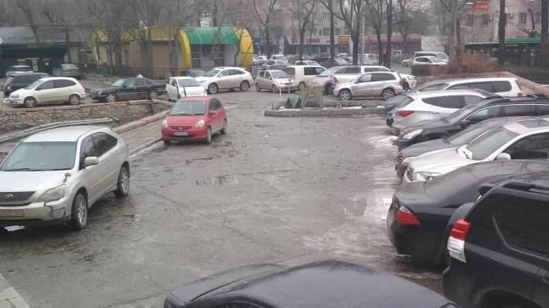 На улице Абдрахманова 152 закрывают въезд на общественную парковку, - бишкекчанин (фото)
