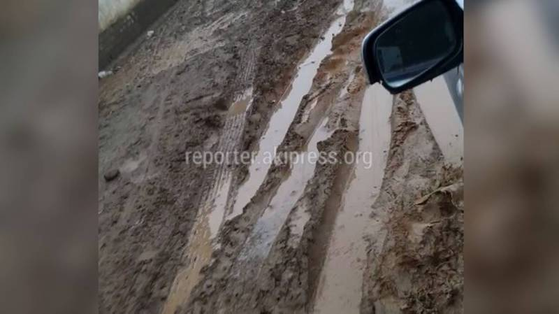 В жилмассиве Кара-Жыгач на ул.Л.Толстого из-за грязи на дороге невозможно ходить (видео)