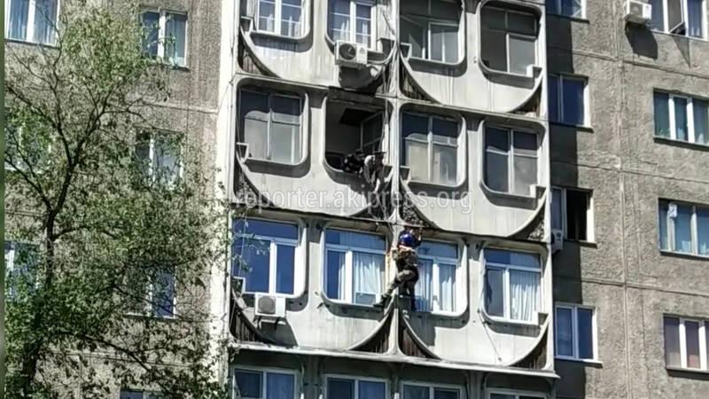 Видео — Спасатели спустили с 4 этажа девушку