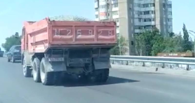 На Южной магистрали перегруженный КамАЗ ехал рассыпая песок (видео)