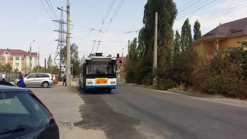 На Омуракунова - Ашар общественный транспорт останавливается на обочине дороги, создаются пробки (фото и видео)