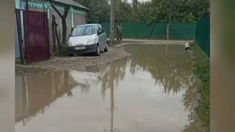 В Кербене на ул.Бейшеналиевой дождевая вода топит улицу из-за закопанного арыка (видео)