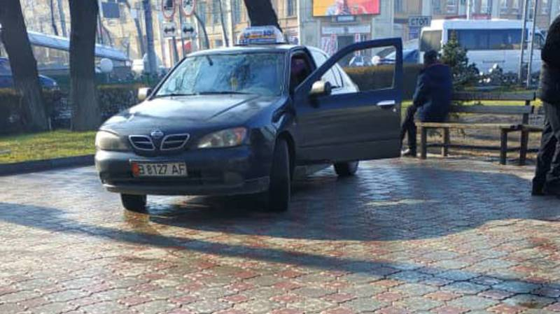 Возле филармонии таксист припарковал машину у подземки. По Carcheck за машиной числятся штрафы на 21 тыс. сомов