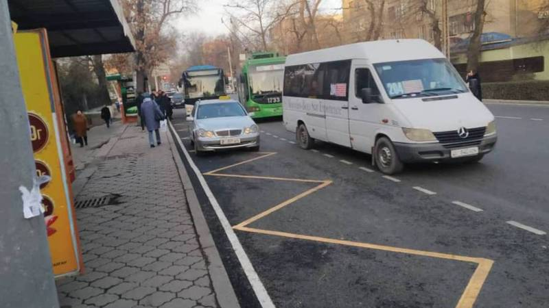 На Московской-Уметалиева таксисты паркуются на остановке (фото)