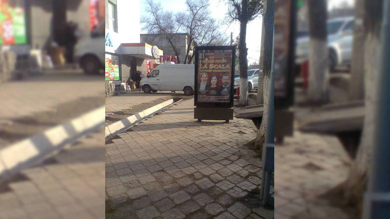 На тротуаре напротив парка Ата-Тюрк рекламный штендер мешает пешеходам
