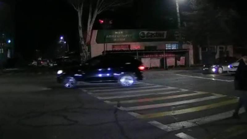 На Юнусалиева водитель «БМВ» объехал пробку по встречной полосе и проехал на красный свет светофора (видео)