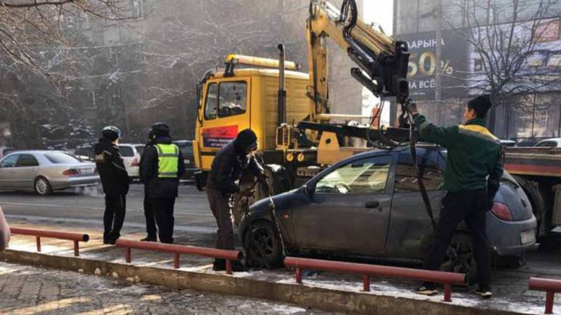 На Киевской эвакуируют неправильно припаркованную машину. Фото