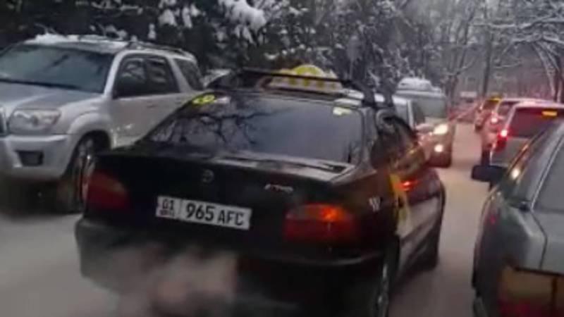 На ул.Тыныстанова водитель «Тойоты» выехал на встречную полосу. Видео