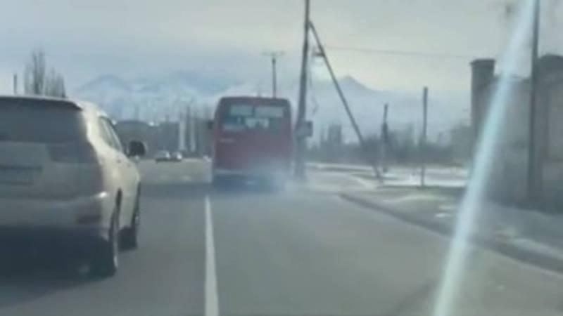 На ул.Токтоналиева сильно дымит автобус. Видео