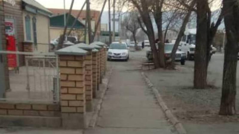 В Балыкчы такси припарковали на тротуаре. Фото