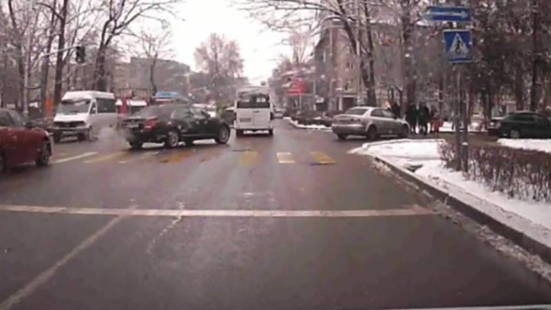На ул.Киевской «Мерседес» повернул с третьего ряда. По Carcheck за ним числятся штрафы на 28 тыс. сомов