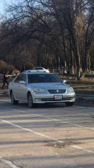 Машина припаркована на стадионе около столичной школы №56