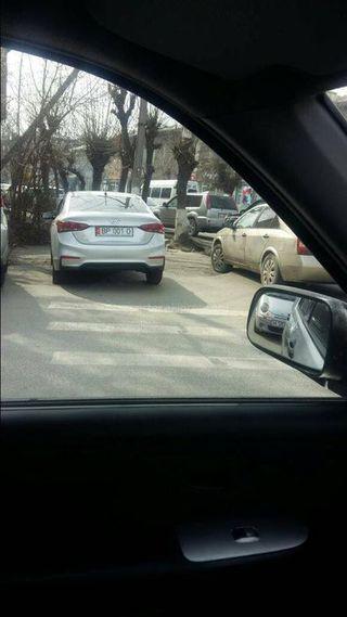 Парковка на «зебре» на улице Курманжан Датки в городе Ош