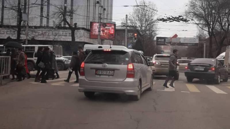 На Абдрахманова-Киевской водитель «Тойоты» выехал за стоп-линию. Фото