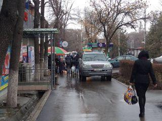 Парковка на тротуаре на Айтматова-Ахунбаева
