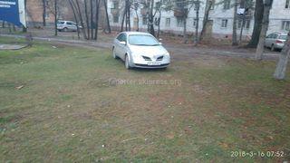 Парковка на газоне на Ахунбаева-Малдыбаева