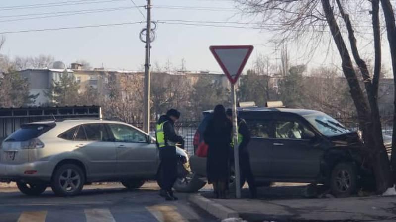 В 5 мкр столкнулись две машины, от удара одна из них врезалась в дерево. Фото