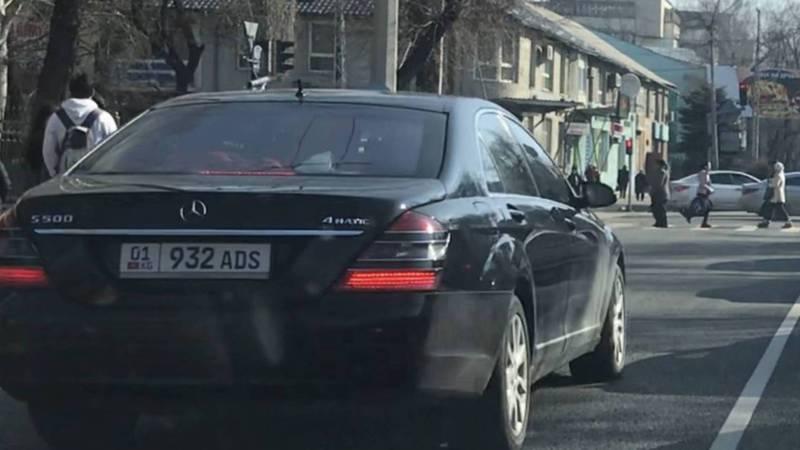 На Московской водитель «Мерседеса» едет по встречной полосе. Видео