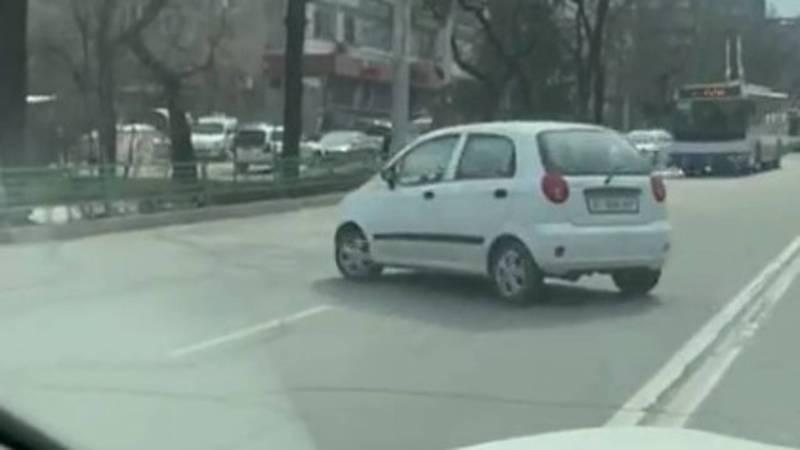На ул.Абдрахманова водитель «Дэу Матиз» развернулся через двойную сплошную линию. Видео