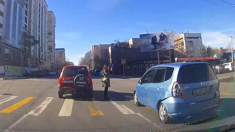 В Бишкеке водитель «Хонды» не пропустил пешехода на «зебре». В Carcheck за машиной числятся 10 штрафов. Видео, фото
