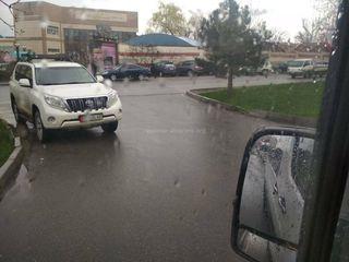 Парковка на перекрестке на улице Шабдан Баатыра