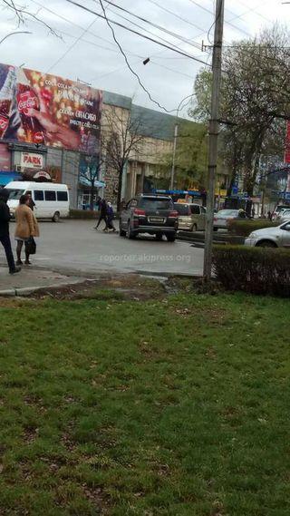 Парковка на пешеходном переходе на Эркиндик-Киевской
