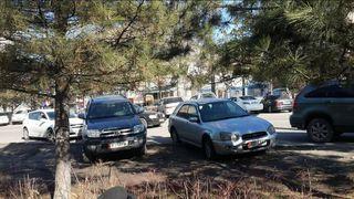 Парковка на газоне на участке ул.Юнусалиева