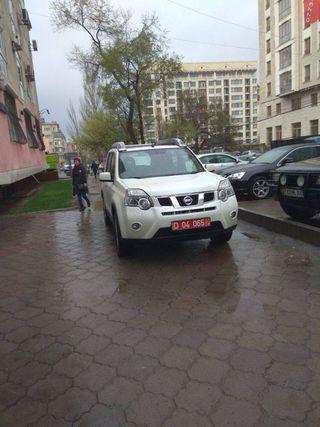 Парковка на тротуаре на участке ул.Исанова